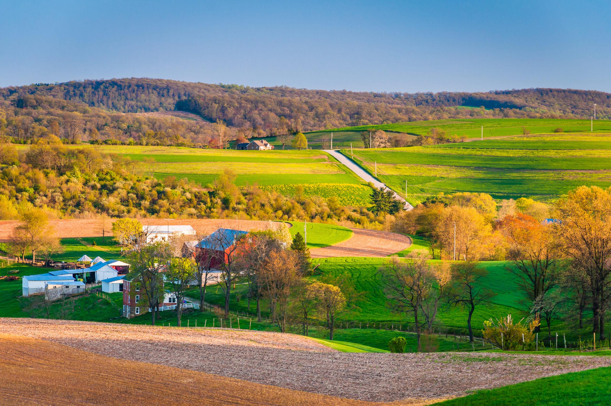 ペンシルベニア州ヨーク郡の農村の農地となだらかな丘の眺め